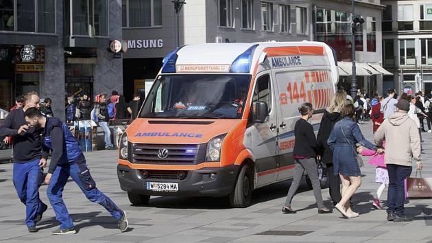 Sanitka na ulici ve Vídni. Ilustrační foto
