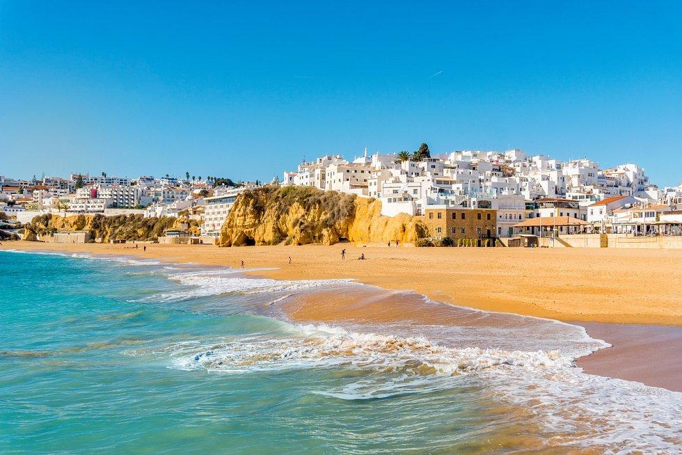 Široká písečná pláž, Albufeira, Algarve, Portugalsko