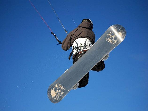 Snowkiting je mladý zimní outdoorový adrealinový sport. Za použití tažného draka se jezdec uvádí do pohybu po sněhové pláni na lyžích či snowboardu. Na rozdíl od sjezdového lyžování či snowboardingu je tento sport možné provozovat i na rovině.