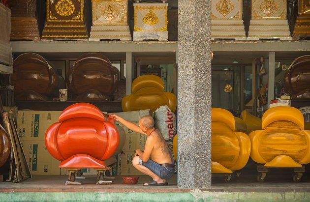 Tradiční thajské rakve před dřevěnou pohřební síní, ilustrační foto