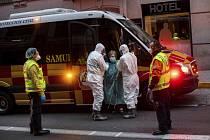 Převoz pacienta s podezřením na nákazu koronavirem do nemocnice v Madridu 24. března 2020