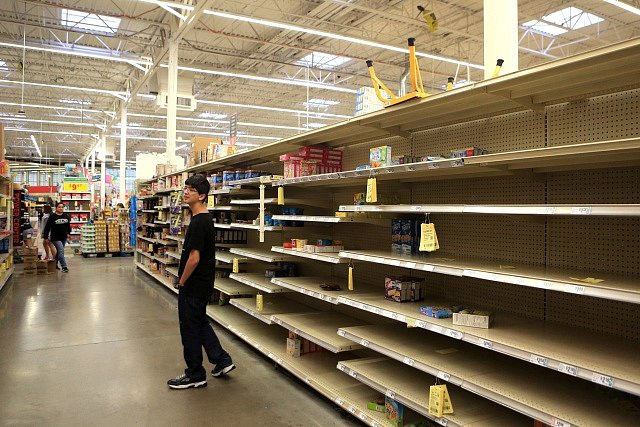 Obyvatelé texaského města Corpus Christi se kvůli hurikánu zasábili potravinami, regály v superkamarketech se vyprazdňují.