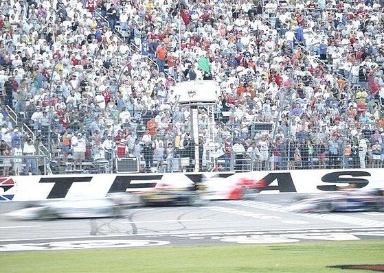 Atmosféru nočního závodu okusil Tomáš Enge v zámořské  IRL v roce 2005 na trati v Texasu. Zajel tam sice nejrychlejší kolo, ale kvůli technických potížím skončil až devatenáctý.