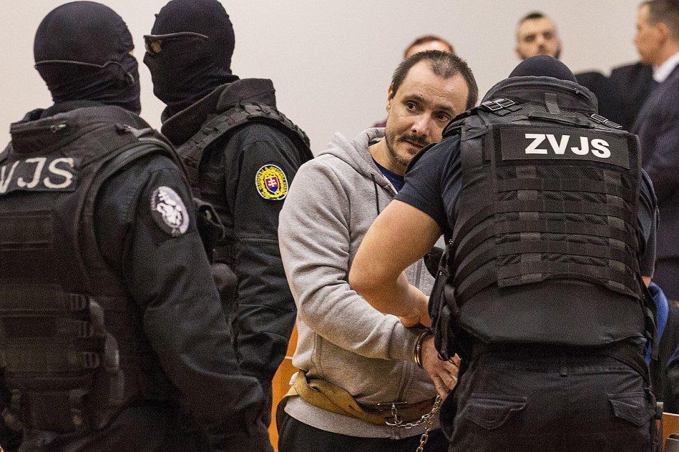 Tomáš Szabó před soudem v Pezinku uvedl, že Marček těla Kuciaka a Kučnírové před domem našel. Szabó se ho měl snažit přesvědčit, aby zavolali policii.