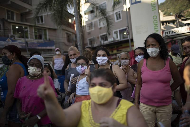 Obyvatelé slumu Rocinha v Brazílii v rouškách