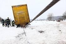 Sněhové jazyky, ledovka a uvízlé kamiony komplikovaly v pondělí 6. prosince 2010 dopravu na některých místech České republiky. V noci nasněžilo do deseti centimetrů sněhu, v některých oblastech stále drobně sněžilo či mrholilo.