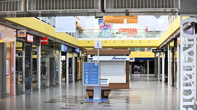 Prázdné nákupní centrum Olympia v Brně, kde zůstaly 14. března 2020 zavřené vybrané obchody kvůli novému opatření vlády k zamezení šíření koronaviru. Potraviny, lékárny, drogerie, benzinové pumpy, obchody s potřebami pro zvířata a některé další zůstávají.