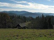 Špičák a Hvězda v Želnavské hornatině na Šumavě při pohledu ze svahu Křemenné.