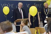 Prezident Miloš Zeman navštívil 1. září při příležitosti zahájení nového školního roku základní školu v pražské Dušní ulici. Vpravo je starosta Prahy 1 Oldřich Lomecký.