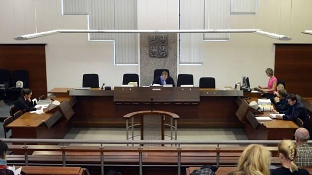Krajský soud v Liberci začal 21. října projednávat kauzu 23 zastupitelů Liberce, kteří čelí obžalobě za údajně nevýhodný prodej městských pozemků. Na snímku uprostřed je soudce Lukáš Korpas.
