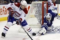 Útočník Montrealu Tomáš Plekanec objíždí branku Toronta.