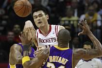 Ani čínský obr Jao Ming (čelem) nezabránil porážce Houstonu od Los Angeles Lakers, vedených Kobe Bryantem (zády).