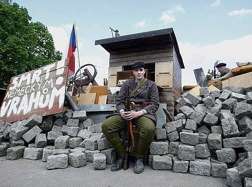 Z akce Barikáda 2010, jejíž součástí byla rekonstrukce žižkovských bojů na konci války.
