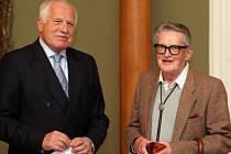 Prezident republiky Václav Klaus předal Zlatou plaketu scénáristovi a režisérovi Vojtěchu Jasnému na Pražském hradě ve čtvrtek 8.listopadu.