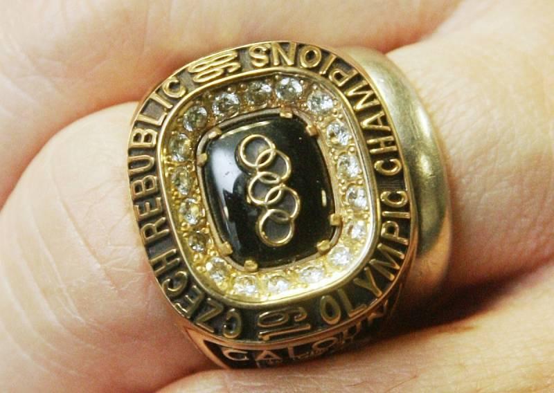 Pamětní prsten hokejisty Jana Čalouna k vítězství na olympiádě v Naganu v roce 1998.