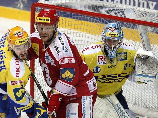 Zlínský Matějíček se snaží před svým gólmanem odblokovat třineckého Varaďu.