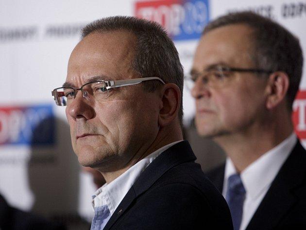 Jiří Vávra vystoupil 28. května na tiskové konferenci po zasedání předsednictva TOP 09 v Praze. Na snímku společně s Miroslavem Kalouskem.