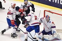 Hokejisté Slovenska (v tmavém) proti Norsku.