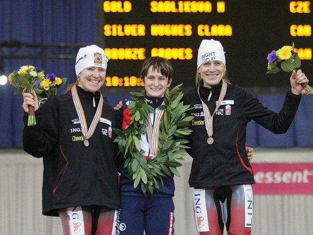 Stupně vítězů závodu žen na 5 km. Vítězka Sáblíková, druhá Hughesová (vlevo) a třetí Grovesová (obě Kanada).