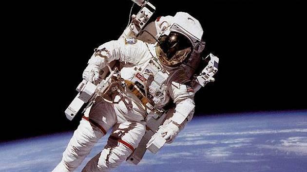 AstronautBruce McCandless, který jako první astronaut na světě letěl nepřipoutaný vedle kosmické lodi.