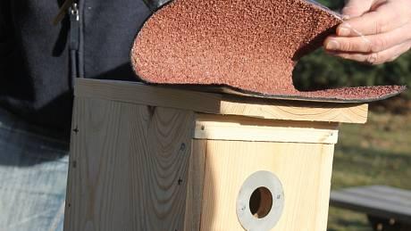 Stříška ptačí budky by měla být mírně zkosená a pokrytá voděodolným materiálem.