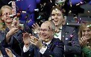 Poslanec a gay aktivista německý Zelených Volker Beck (uprostřed) nadšeně aplauduje poté, co Bundestag schválil homosexuální manželství a adopce dětí homosexuálními páry