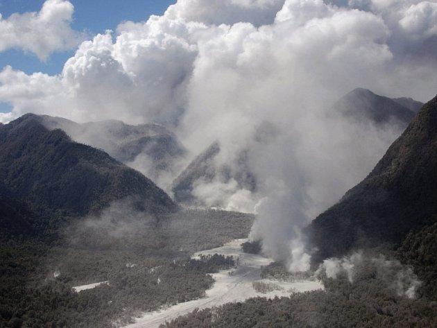 Pára stoupá z řeky Rio Blanco, do níž padá žhavý popel vyvržený sopkou Chaiten v chilské Patagonii.