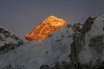 Nejvyšší hora světa Mount Everest osvětlená vycházejícím sluncem.