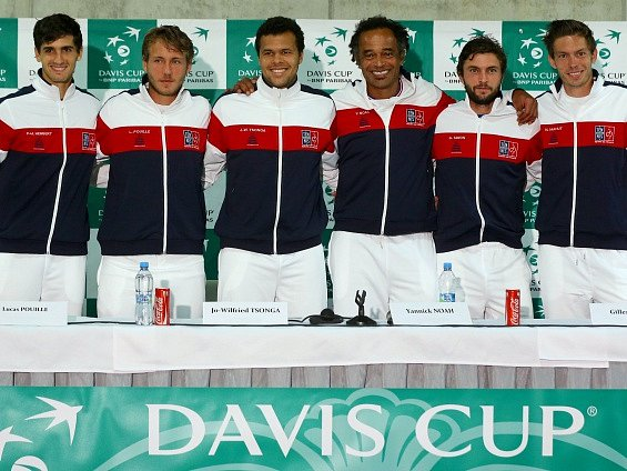Zleva Piere-Hugues Herbert, Lucas Pouille, Jo-Wilfried Tsonga, nehrající kapitán Yannick Noah, Gilles Simon a Nicolase Mahut 12. července v Třinci na tiskové konferenci francouzských tenistů před čtvrtfinále Davisova poháru ČR - Francie.