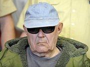 Válečný zločinec John Demjanjuk na letišti v USA krátce před převozem do Německa.