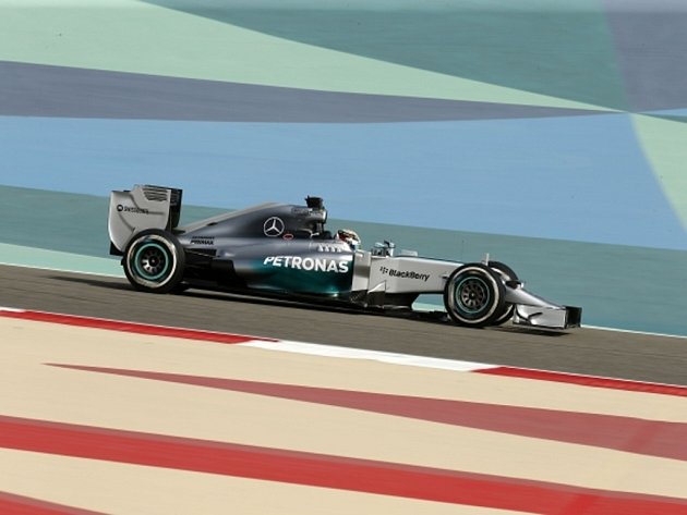 Lewis Hamilton v tréninku na Velkou cenu Bahrajnu.