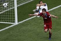Václav Pilař (vpravo) se raduje z gólu proti Řecku na mistrovství Evropy.