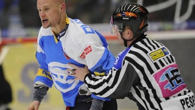 Michal Dvořák z Plzně uštědřil rány pěstí obránci Karlových Varů Jiřímu Drtinovi a vyfasoval trest na tři zápasy.