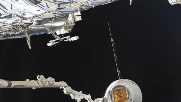 Na snímku NASA vesmírná loď Dragon společnosti SpaceX u Mezinárodní vesmírné stanice (ISS)