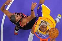 Hvězda Los Angeles Lakers Kobe Bryant (vpravo) se prosazuje proti Portlandu.