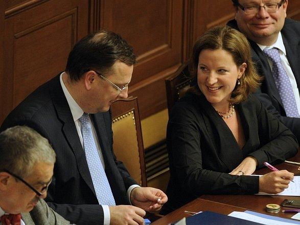 Premiér Petr Nečas a místopředsedkyně vlády Karolína Peake na mimořádné schůzi Poslanecké sněmovny. Vlevo je Karel Schwarzenberg, vpravo Alexandr Vondra.