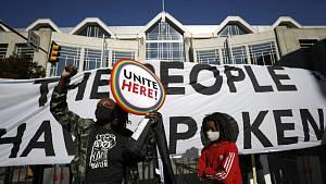 Demonstranti 6. listopadu 2020 před kongresovým centrem ve Filadelfii v Pensylvánii, kde probíhá sčítání hlasů z prezidentských voleb