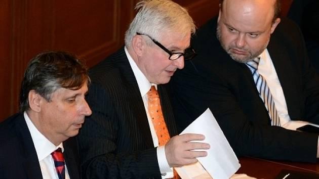 Schůze Poslanecké sněmovny, na které se bude hlasovat o důvěře vládě premiéra Jiřího Rusnoka, byla zahájena 7. srpna v Praze. Zleva ministr financí Jan Fischer, premiér Jiří Rusnok a ministr vnitra Martin Pecina.