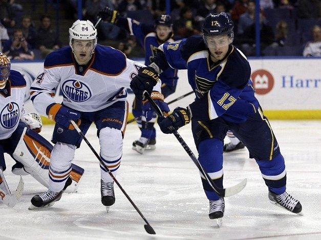 Vladimír Sobotka (vpravo) v souboji s Oscarem Klefbomem z Edmontonu.