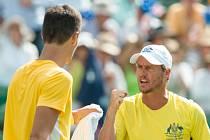 Kapitán australských tenistů Lleyton Hewitt (vpravo) povzbuzuje Bernarda Tomice.