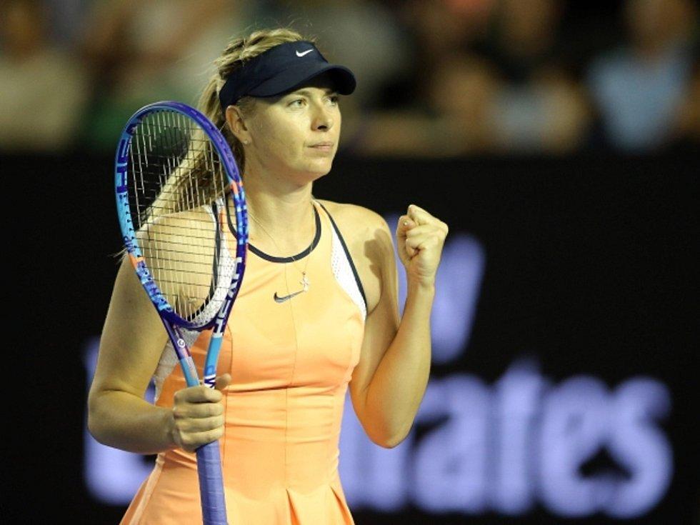 Maria Šarapovová se raduje z postupu do osmifinále Australian Open.