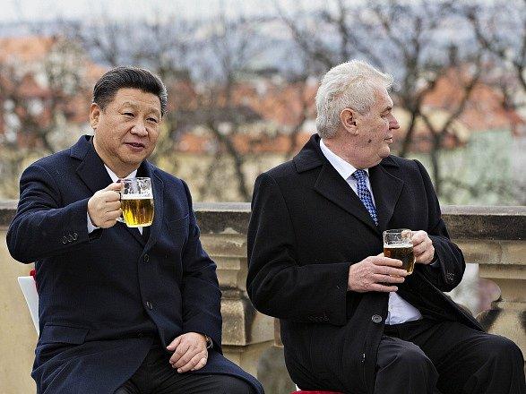 Prezident Miloš Zeman a jeho čínský protějšek Si Ťin-pching (vlevo) si 30. března na závěr Si Ťin-pchingovy návštěvy ČR připili pivem na terase Strahovského kláštera v Praze.