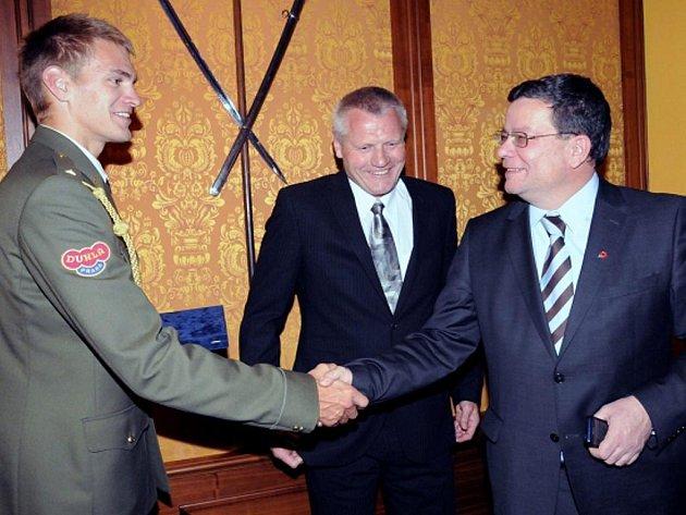 Ministr obrany Alexandr Vondra (vpravo) propůjčil mistru světa ve veslováni Ondřeji Synkovi hodnost nadporučíka.