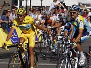 Španěl Alberto Contador (vlevo) si jede pro celkové vítězství v Tour.