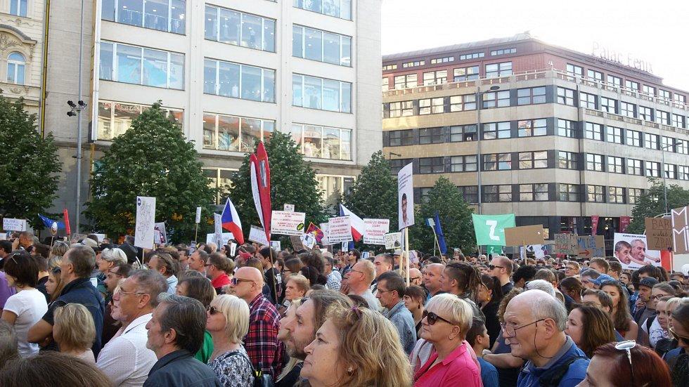 Demonstrace na Václavském náměstí v Praze, proti Andreji Babišovi a Miloši Zemanovi