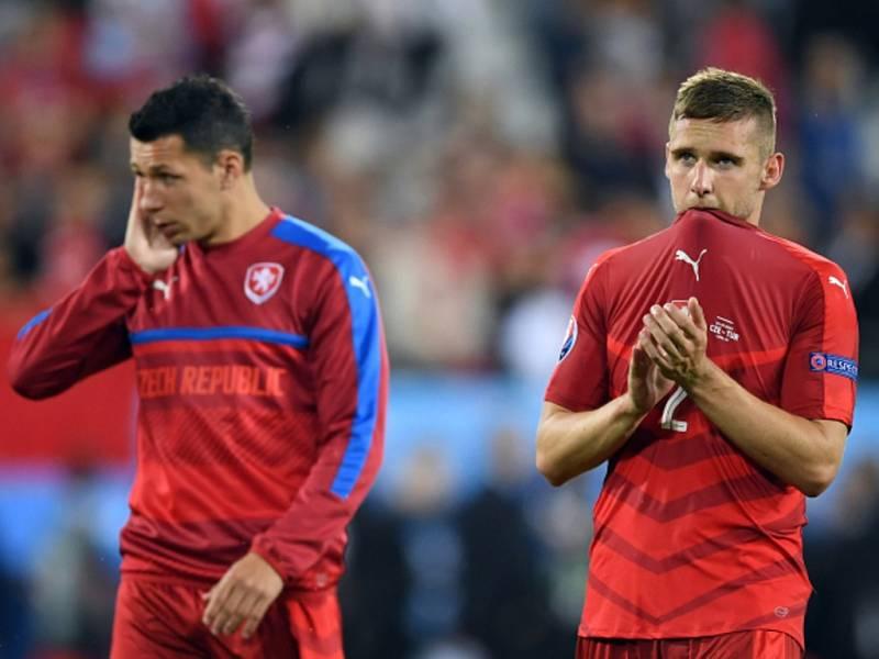 Smutní čeští fotbalisté Marek Suchý (vlevo) a Pavel Kadeřábek po prohře s Tureckem.