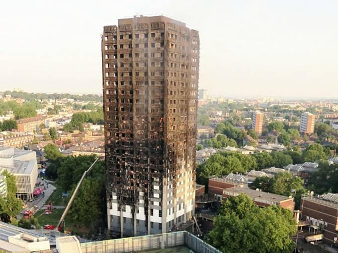 Výšková budova v Londýně po ničivém požáru.