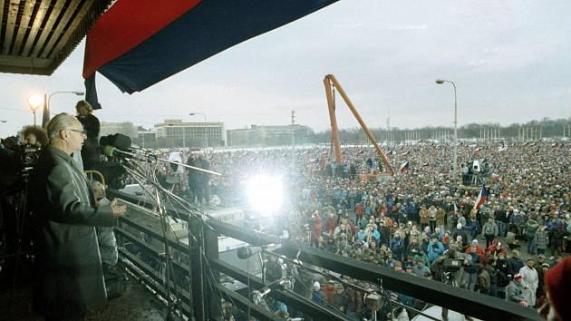 Nedělní manifestace 26. listopadu 1989 se zúčastnilo kolem půl milionu lidí, vystoupil na ní i Alexander Dubček