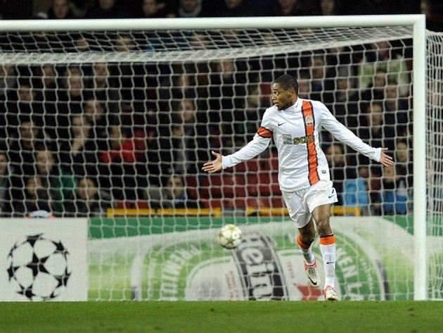 Luiz Adriano ze Šachtaru se raduje z kontroverzního gólu proti Nordsjaellandu.