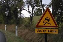 V některých vinařských oblastech ve Francii se na silnicích objevily kvůli vinobraní dopravní značky varující před smykem doplněné o upozornění, že k tomu může dojít na rozlité hroznové šťávě.